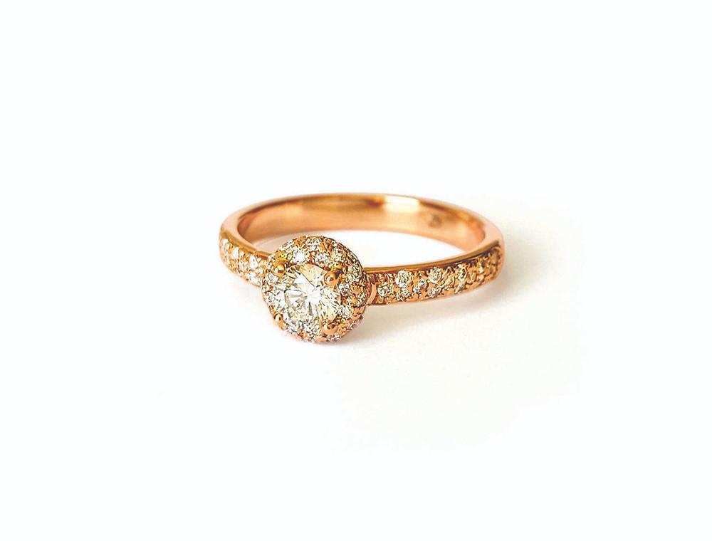 Attēlā halo tipa gredzens ar briljantiem.