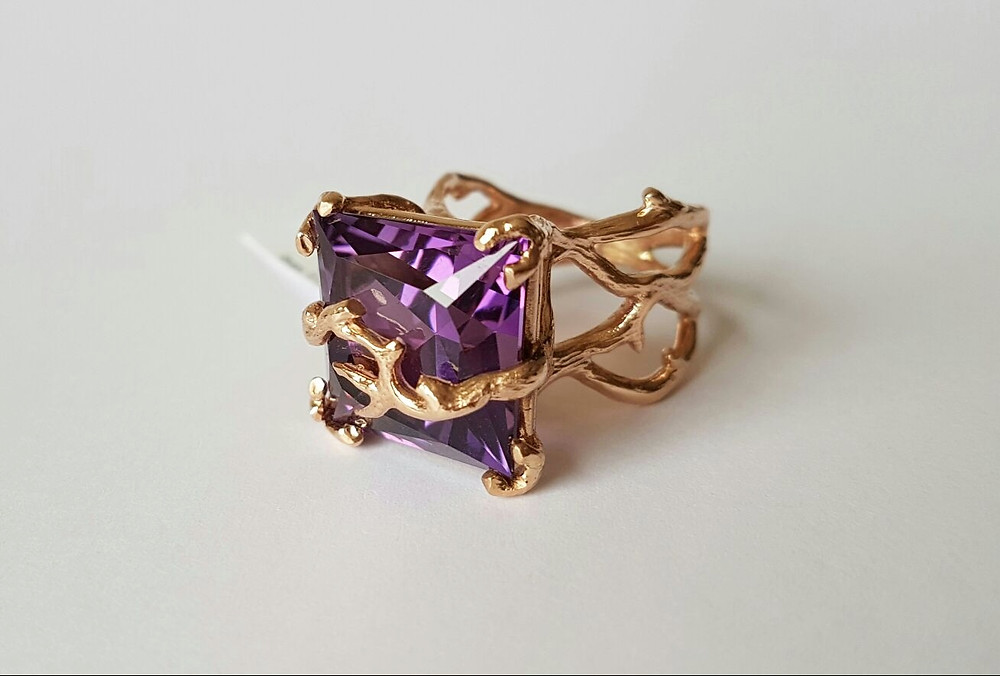 Zelta gredzens ar piesātināti violetu ametistu.