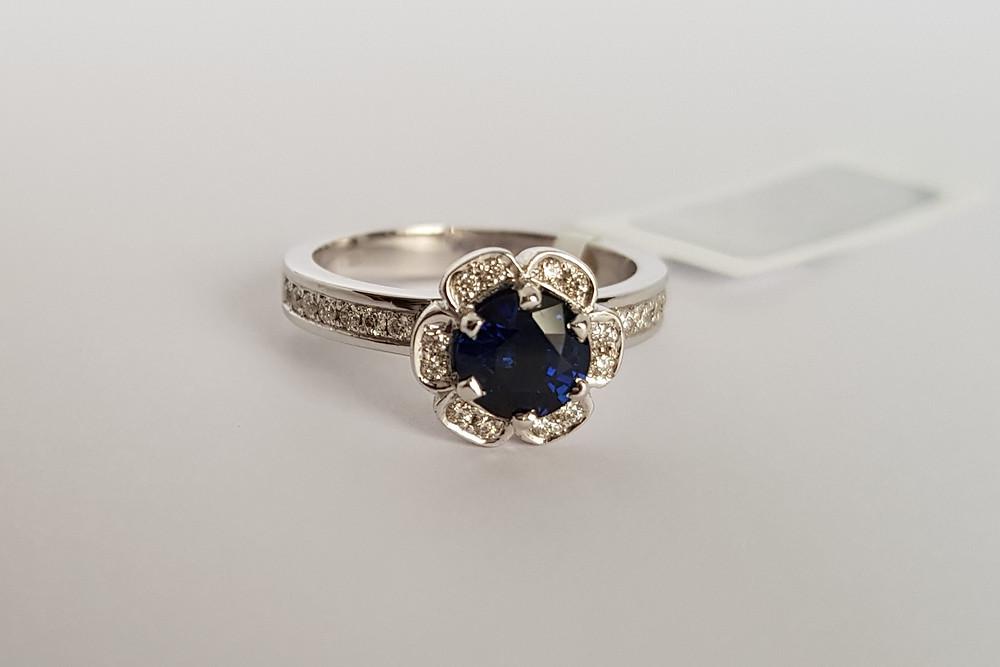 Klasisks baltā zelta gredzens ar safīriem un briljantiem.