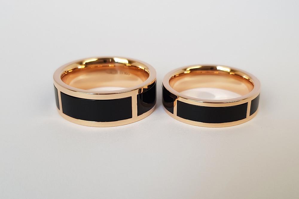 Zelta laulību gredzeni ar melno oniksu.