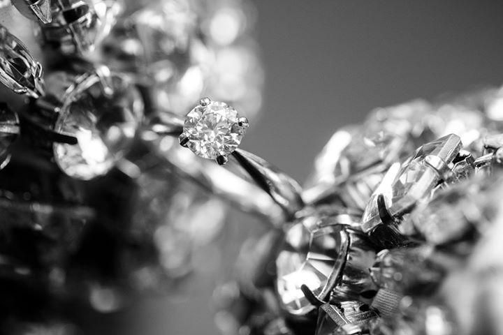 Klasisks baltā zelta saderināšanās gredzens ar 0.9 ct lielu briljantu.
