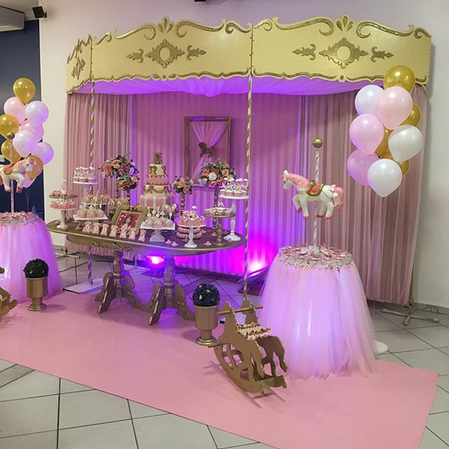 Começando o aniversário da princesa Beatriz com o tema lindo de carrossel _damodarafestas _doce