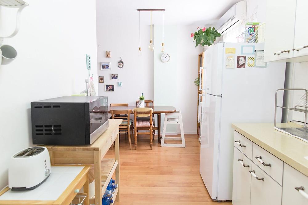 מבט מהמטבח לפינת האוכל לאחר השיפוץ