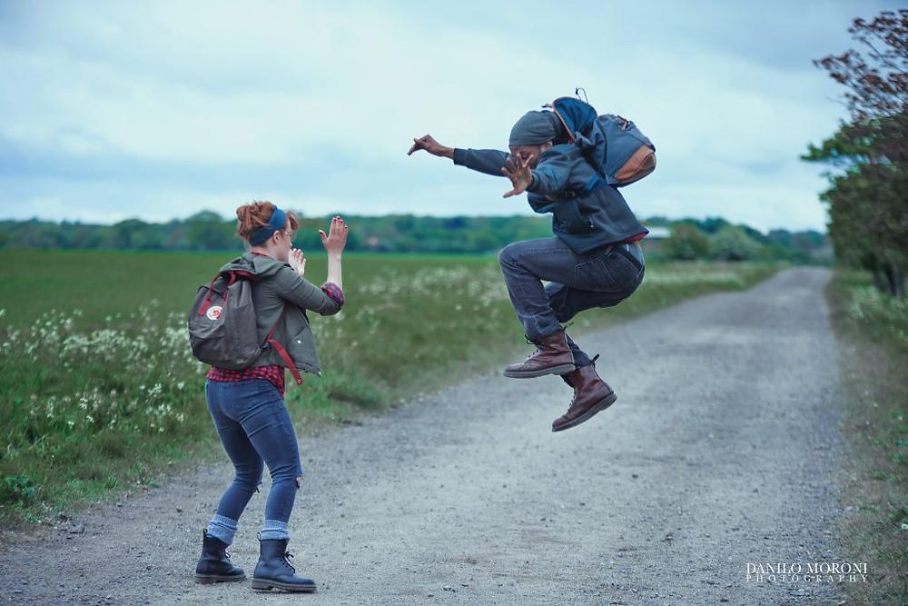 Kaksi henkilöä tanssii hiekkatiellä, kuva elokuvasta Ease on Down.
