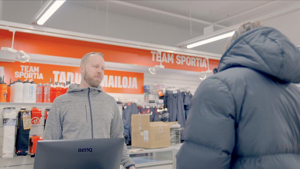 Kauppias Jarmo Rantanen palvelee kassalla asiakasta.