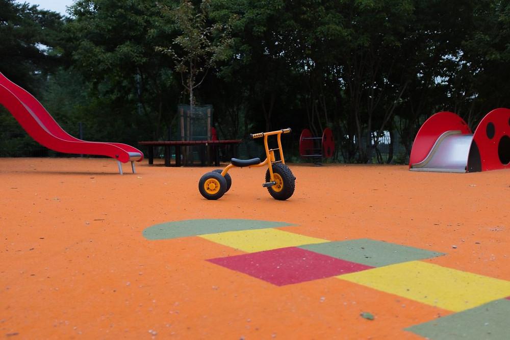 Lastenpyörä leikkipuistossa.