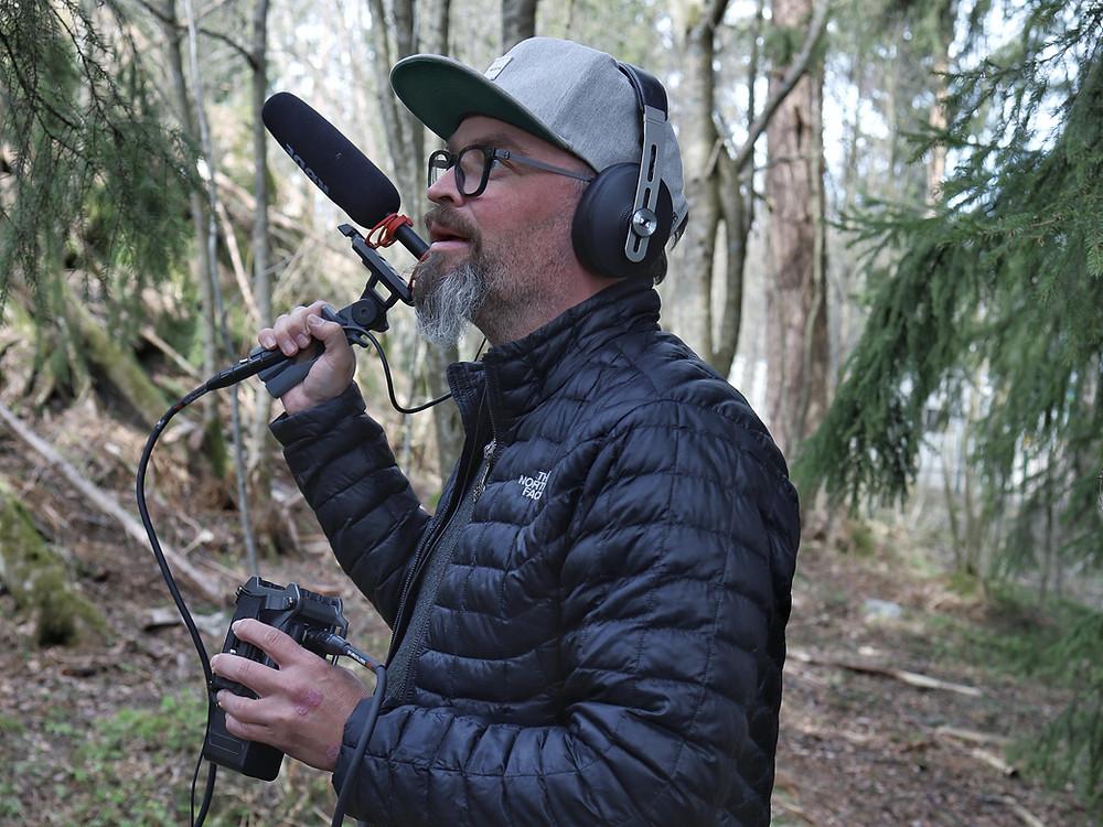 Petri Rajamäki äänittää aitoja metsän ääniä mikrofonin kanssa.