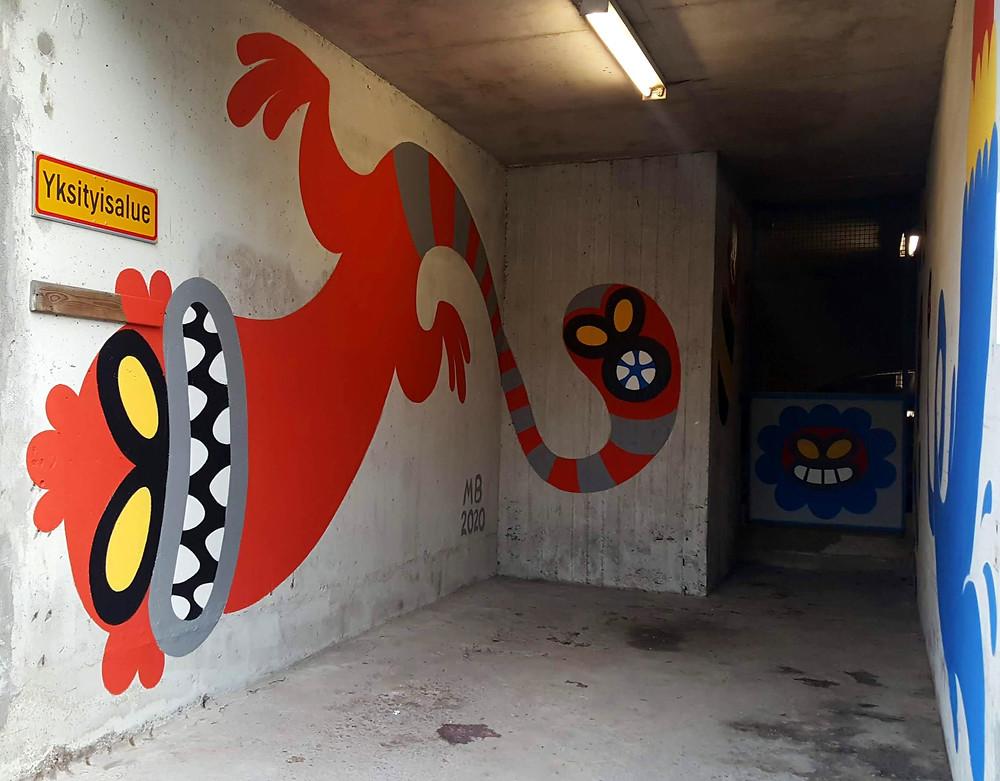 Maria Björklundin maalaama taideteos parkkipaikan seinään.