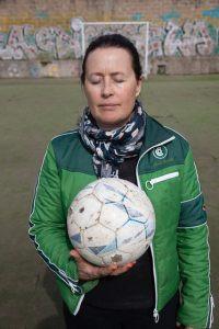 Kuvataiteilija Sophia Ehrnrooth jalkapallo kädessään.