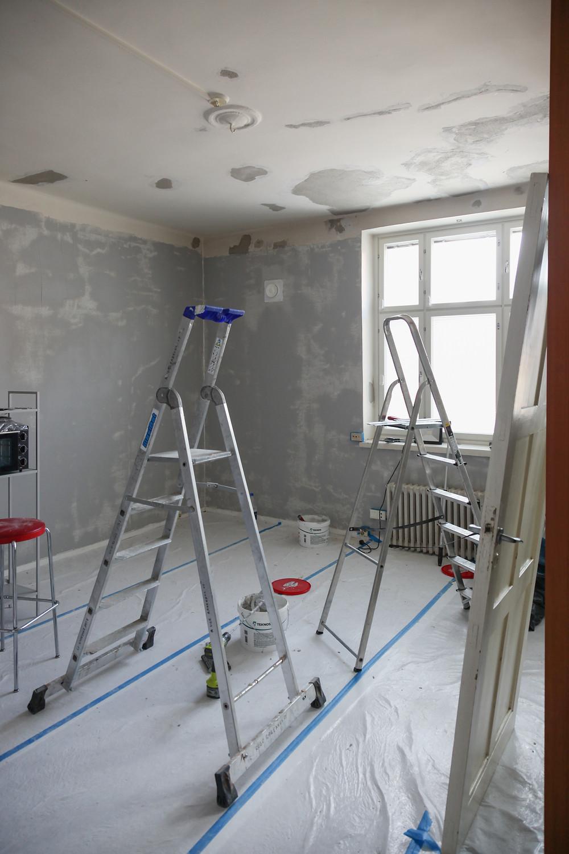 Tikkaat, asunnon maalausremontti käynnissä.