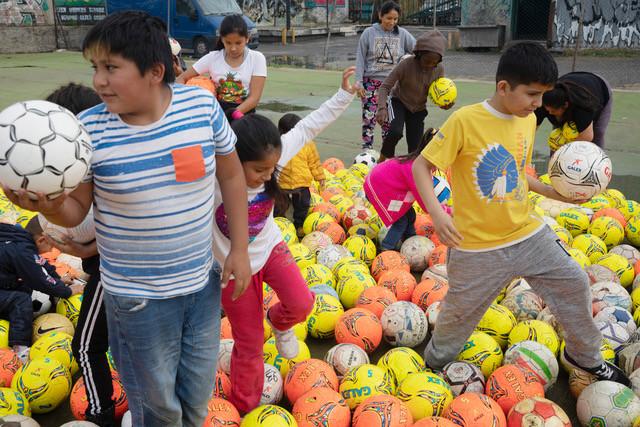 Lapset touhuavat jalkapallomeren keskellä.