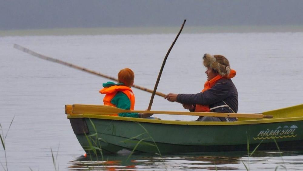 Risto Räppääjä ja Mielensäpahoittaja istuvat veneessä onkivavat kädessä.