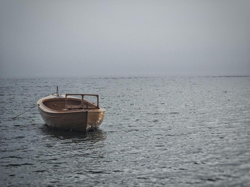 Yksinäinen vene ja vesimaisemaa
