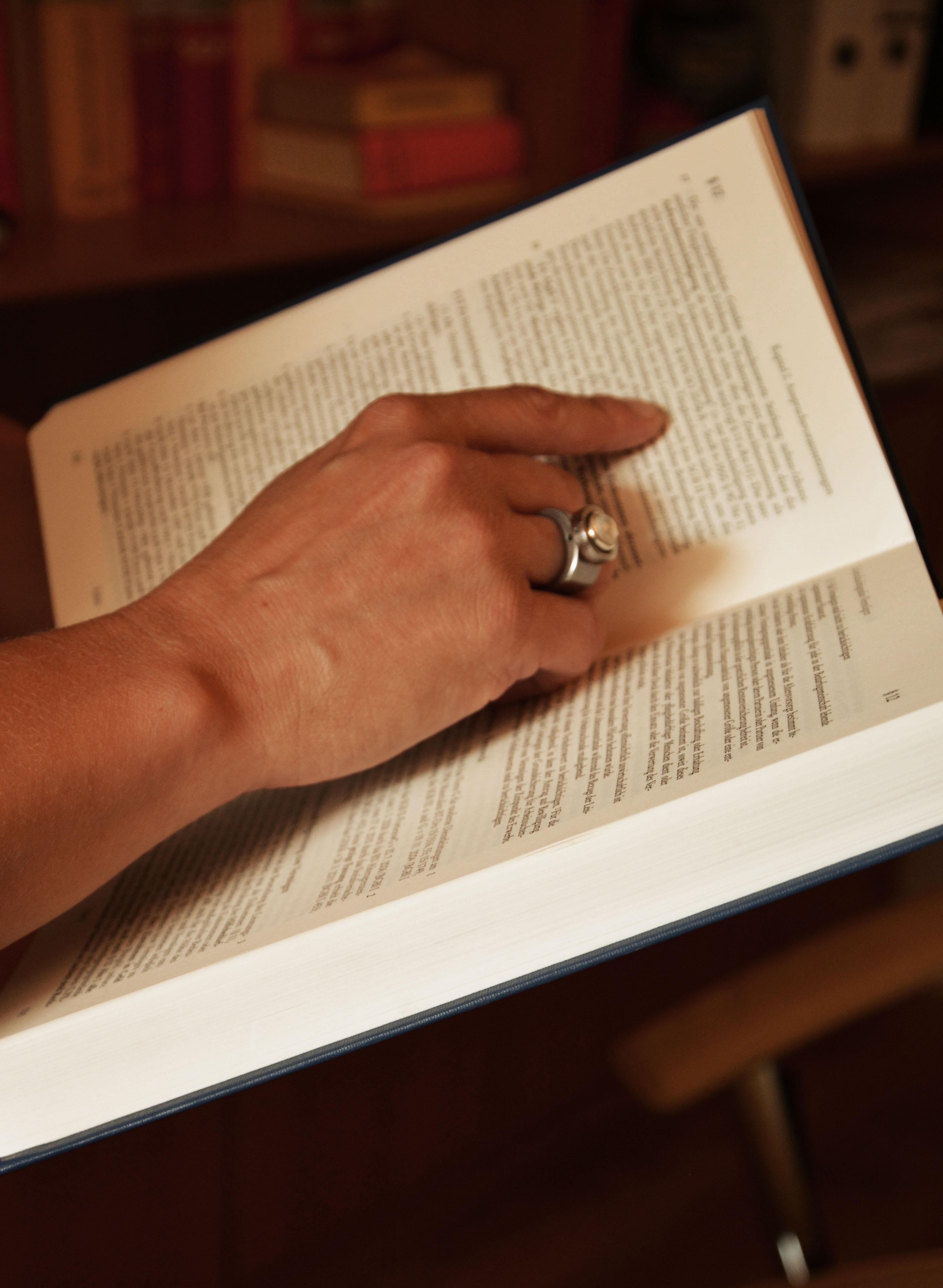 Buch mit Hand.jpg