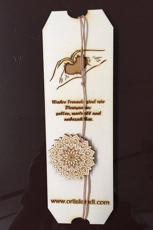 Halskette auf Tafel mit Spruch