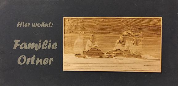 Türschild aus Schiefer mit graviertem Bild auf Zirbe