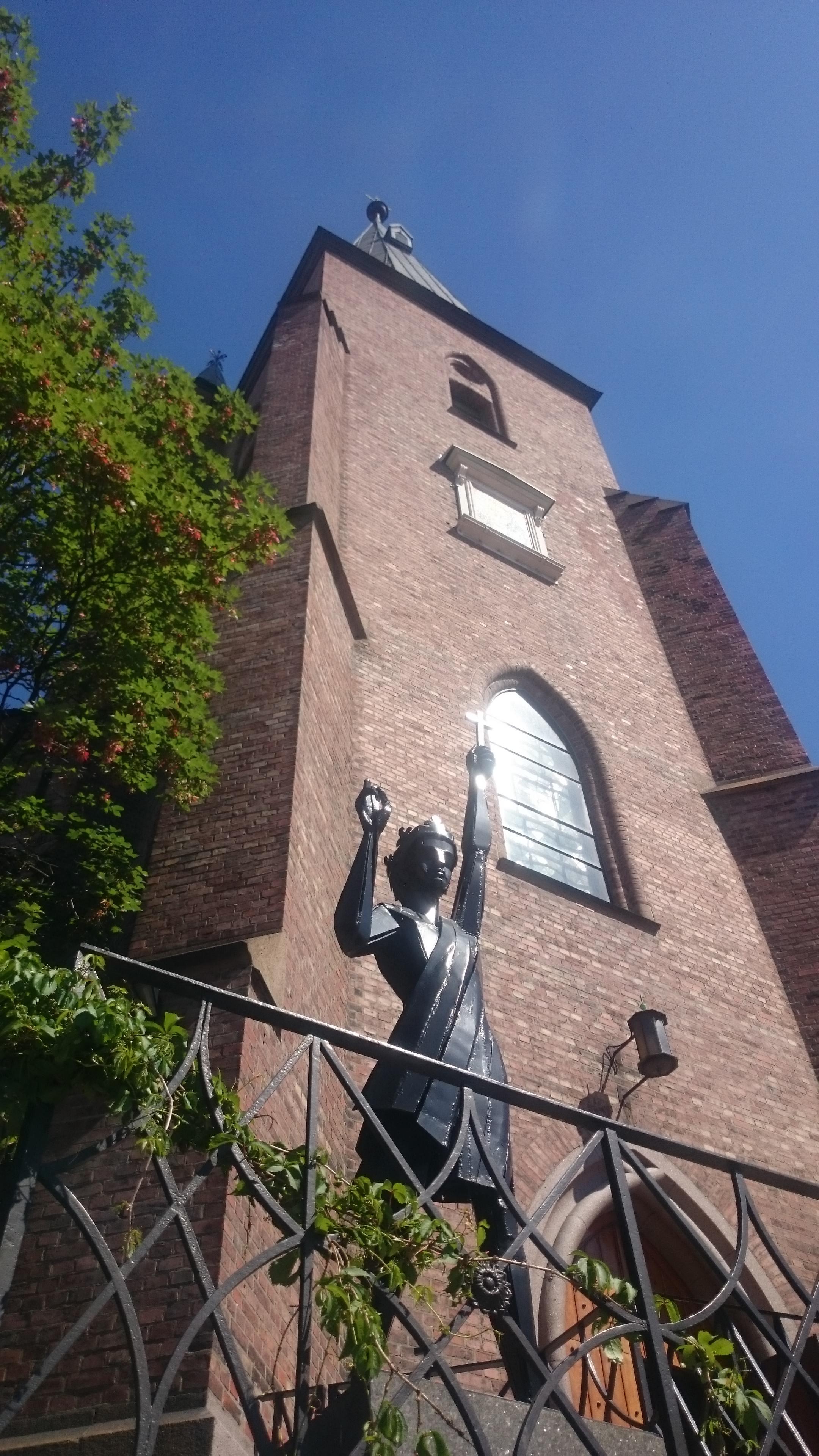 St. Olav-statue foran kirken