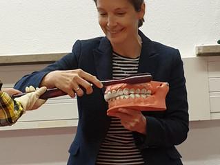 Besuch der Zahnärztin Dr. und Elternbeirätin Antje Fickenscher