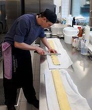 Steve bei der Zubereitung der Maultasche