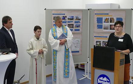 Anja bei ihrer Rede mit Geistlichkeit.jp