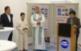 Bea bei der Rede mit Geistlichkeit.jpg