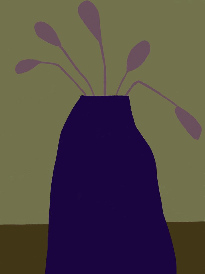 Синяя ваза на зеленом фоне