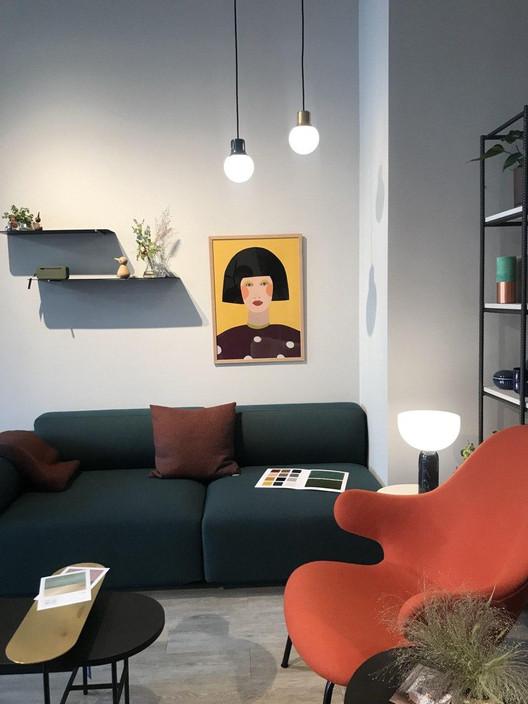 Портрет на темно-желтом фоне-интерьер-Свартисен