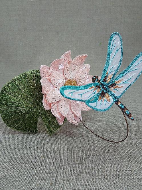 Bijou de tête fleur de nénuphar et libellule