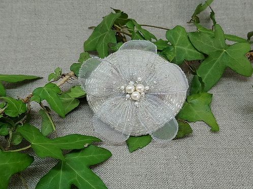 Bijou de tête (et broche) fleur blanche