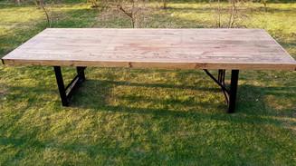 Nedengiamas ąžuolo masyvo stalas