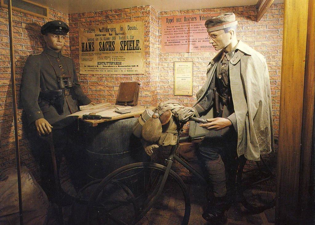Cycliste et officier allemands