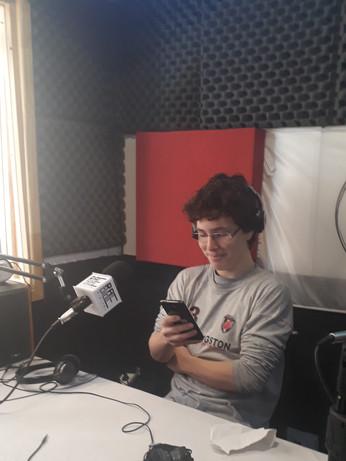 Juan Fernández, el más pibe de la radio llega los sábados con sus entrevistados llenos de rock, sus anécdotas de conciertos, acompañadopor la buena música desde las 14Hs. Él es @Ferrock._