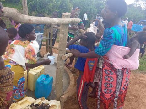 Trinkwasser für zwei Dörfer in Uganda