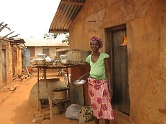 togolaise devant sa case