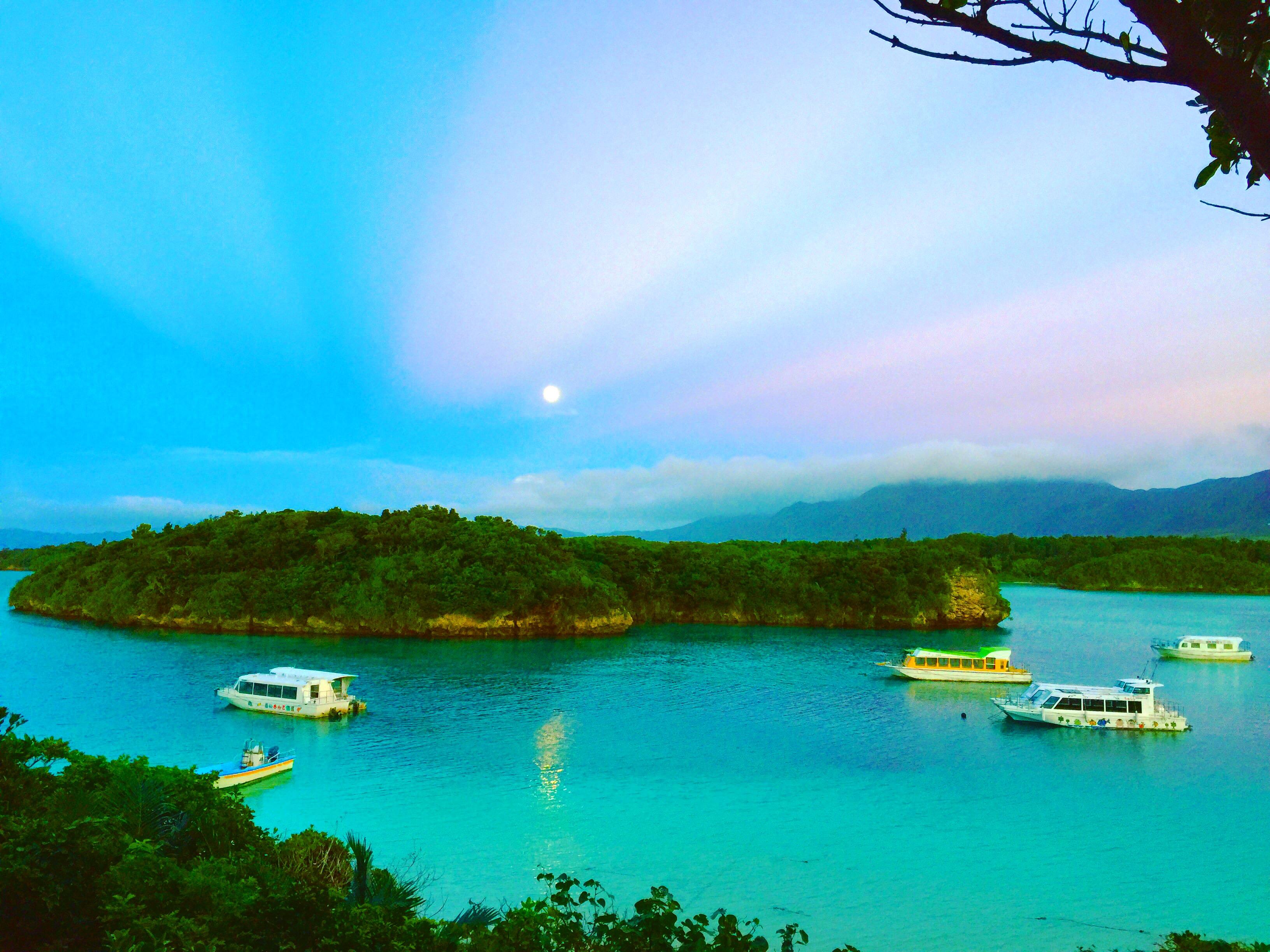川平湾と月とマジックアワー