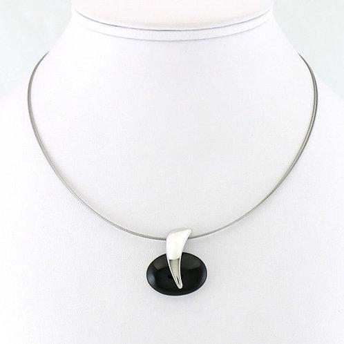 Collier avec pendentif ovale noir