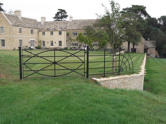 Bespoke metal gate and quadrant
