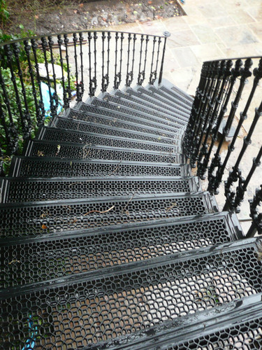 Large curved cast iron staircase – incorporating large cast iron grilles into the treads, this method allows us to provide I wide range of traditional and contemporary cast iron tread patterns.