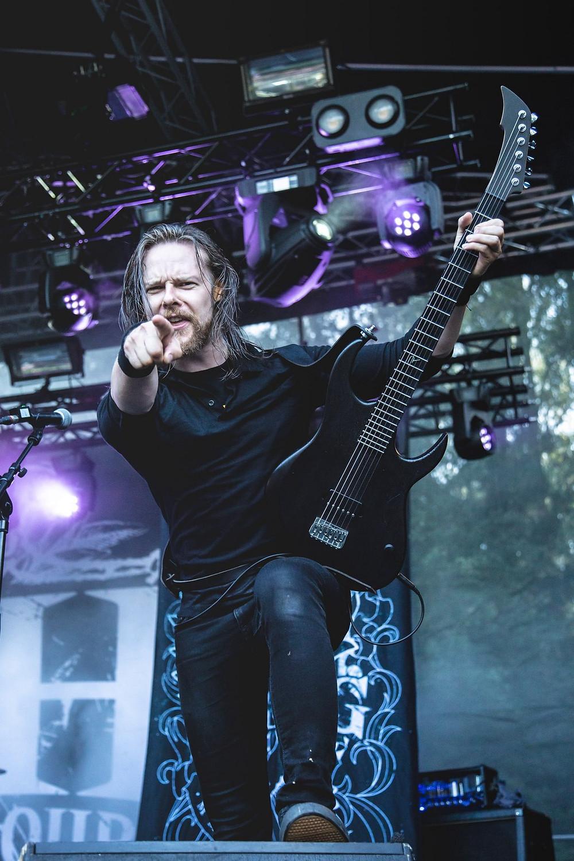 Lauri Silvonen Bloodred Hourglass Raato Custom Guitars, Photo by Outi Puhakka Outokuva