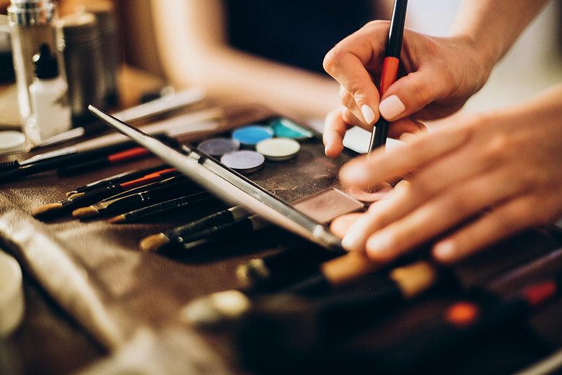 makeup-set-of-brushes-powder-eyeshadows-