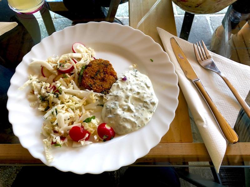 Laufinstinkt+ | Ernährungstraining | Gemüse-Hirse-Laibchen mit Wildkräuterdipp