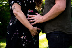 holding-belly-maternity-photos