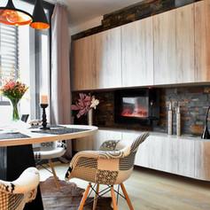 Brunetti Design Apartment with a garage - jídelna s krbem