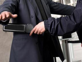 TST: Revista de bolsas e pertences sem contato físico não gera dano moral
