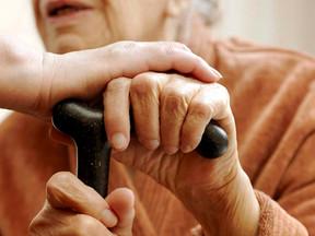 Trocar fraldas de idosos não dá direito ao adicional de insalubridade, diz TRT-4