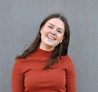 Portretfoto Anne Theelen, jonge witte vrouw met donker haar