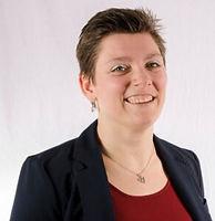 Portretfoto Cynthia van der Winden, een jonge witte vrouw met kort donker haar en lichtblauwe oogschaduw