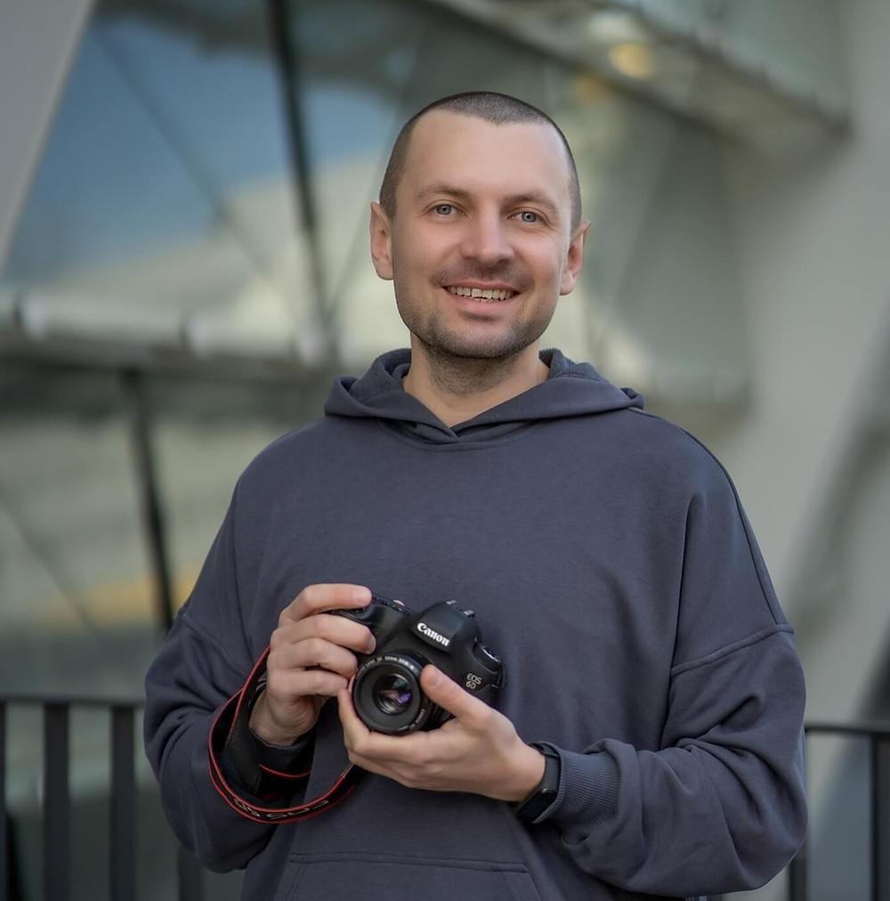 Фотограф з камерою у руках
