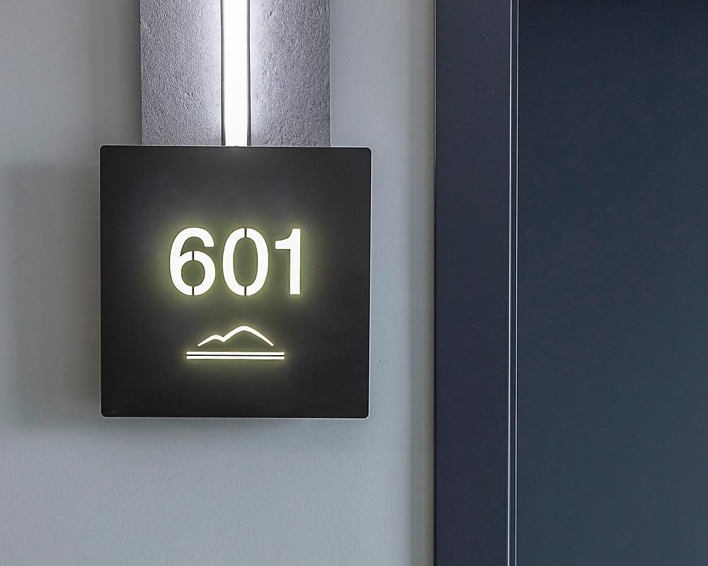 Табличка з номером з підсвіткою у готелі