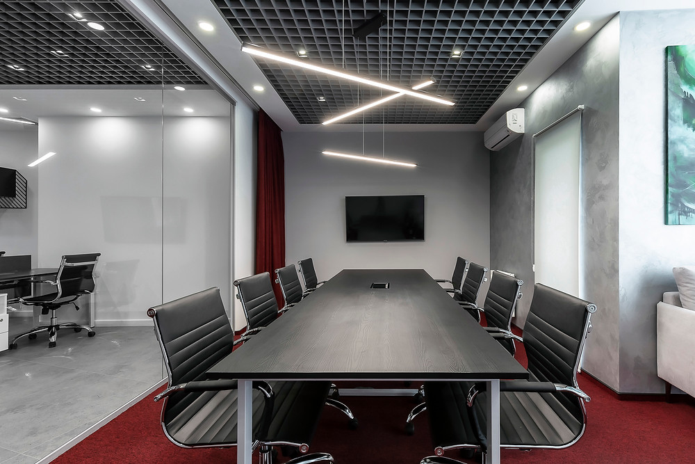 Сірий інтер'єр офісу з червоним килимом та занавіскою